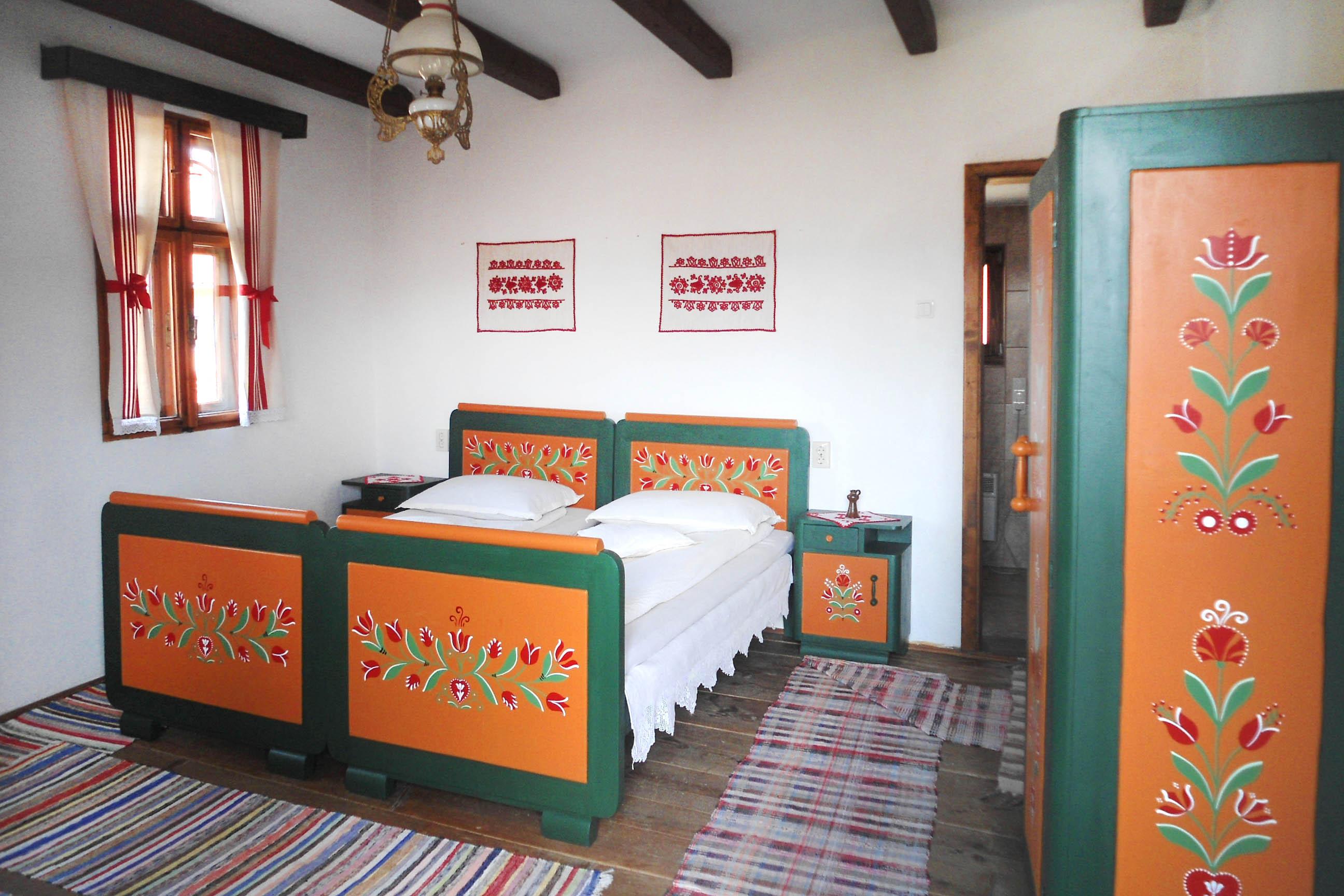 festett bútoros szoba a tájház fogadóban
