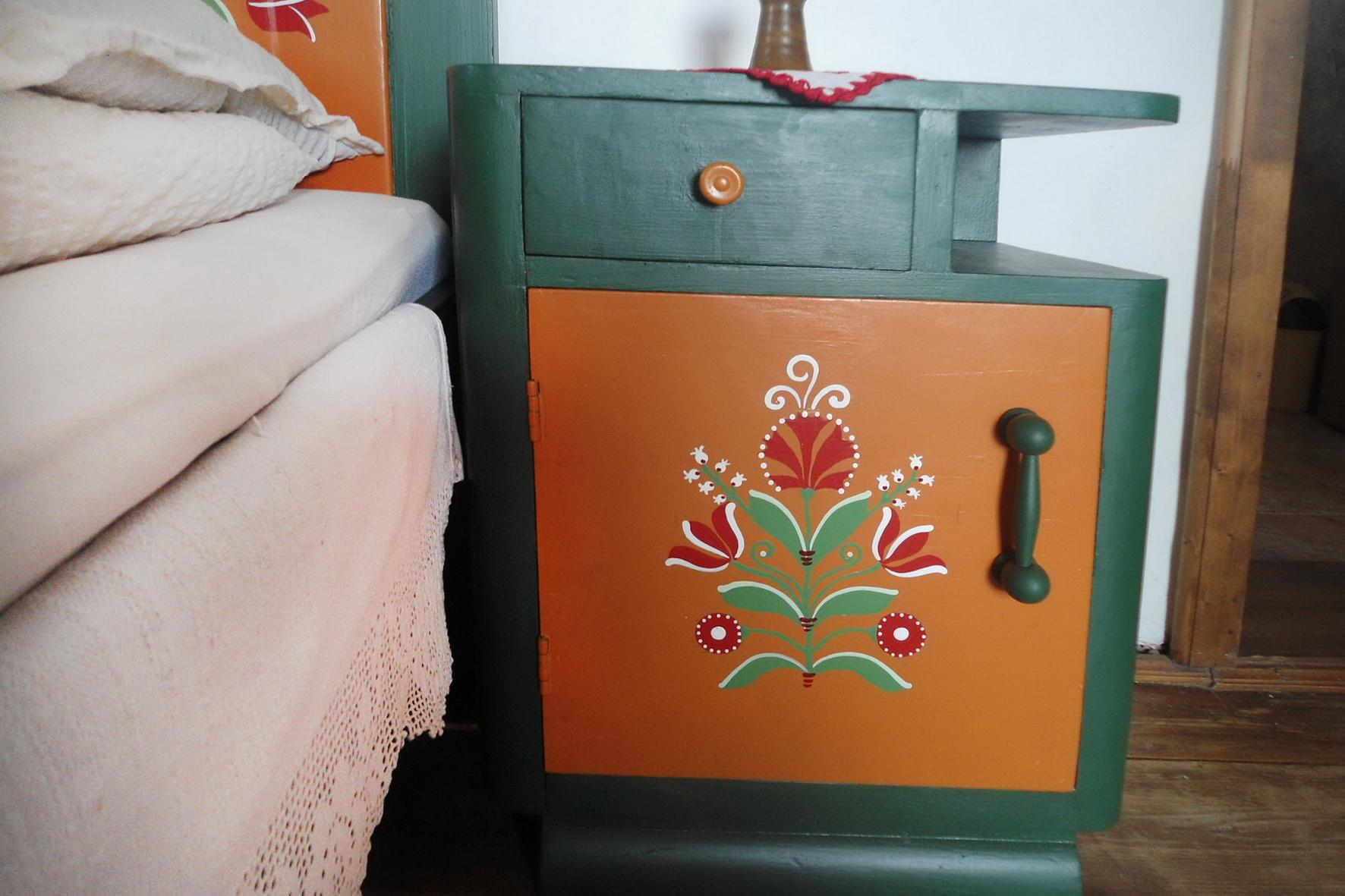 szallas-szekelyfoldon-festett-butoros-szoba