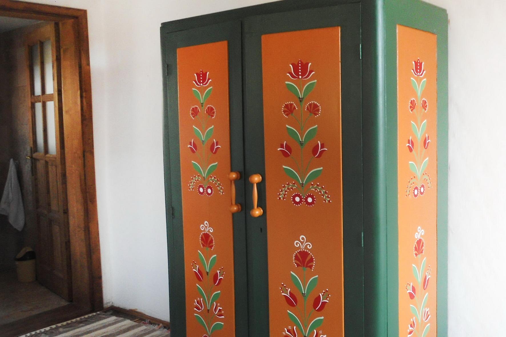 szekelyfoldi-szallas-festett-butoros-szobaval