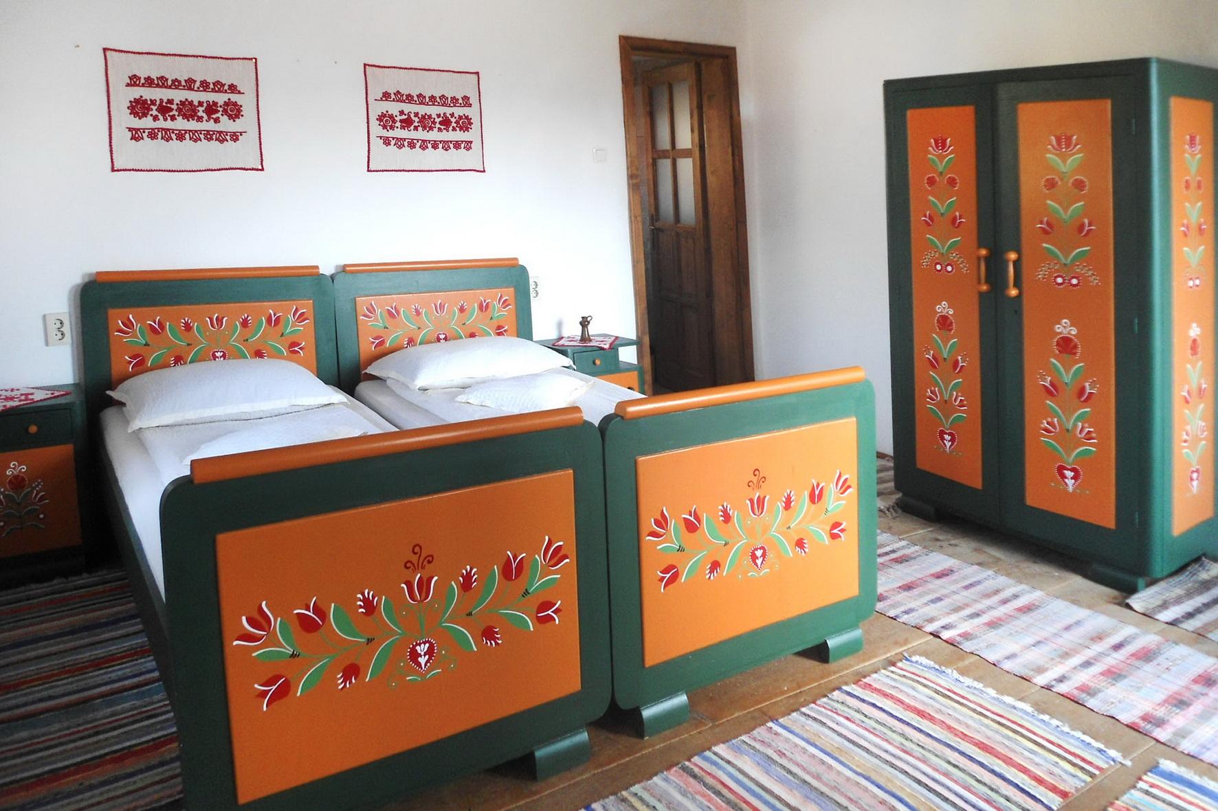 tajhaz-fogado-festett-butoros-agy-es-szekreny